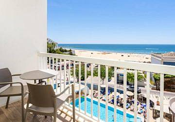 Este hotel garante-lhe um lugar com espreguiçadeiras e toldo na Praia da Rocha