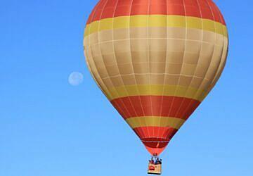 Apaixonado por balões de ar quente e férias de autocaravana? Então isto é para si