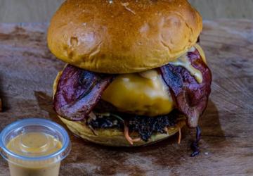 Há um novo take away e delivery em Setúbal com hambúrgueres artesanais e churrasco