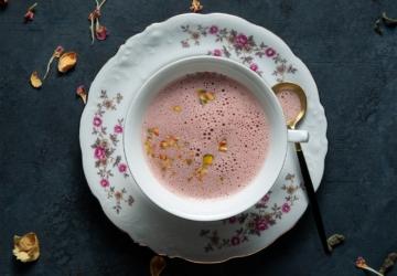 O chá rosa que o ajuda a ter menos fome (e que pode ser feito em casa)