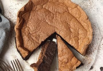 Vai ficar viciado nesta versão saudável de bolo de chocolate com cobertura de merengue